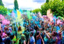 Menschen feiern ausgelassen mit Farben