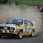 Rallye-Fahrzeug in einer Staubwolke