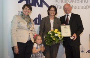 Verleihung der ADKA-Ehrennadel, von links nach rechts: Prof. Dr. Irene Krämer (Laudatorin und 2. Vizepräsidentin der ADKA), Teresa und Sabine Steinbach, Dr. Torsten Hoppe-Tichy (Präsident der ADKA).