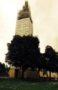 Es geht auch ohne Werbung am Gerüst. wie dieses Beispiel der Paulinkirche zeigt.
