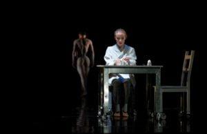 Am Frühstückstisch beginnt Kristina Stanek in Trier die Geschichte von Orpheus.