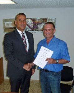 Joachim Rodenkirch, Verbandsvorsteher des Zweckverbands Wasserversorgung Mosel-Eifel, überreichte am vergangenen Freitag die Dankurkunde an Thomas Duckart.