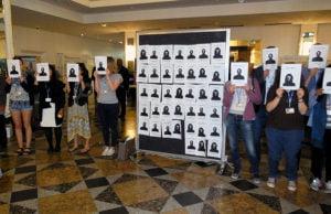 Protest gegen das Fernbleiben vieler Minister.