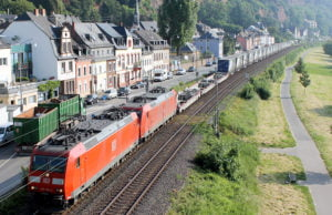 Ein Container-Zug mit zwei Loks zieht nach Pallien vorbei in Richtung Luxemburg.