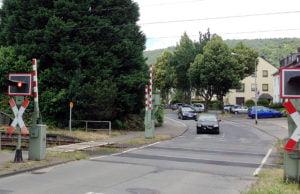 Das rote Warnlicht ist zwar an, die Schranken senken sich jedoch nicht. Trotz Rotlichts überqueren die Autofahrer den Bahnübergang.