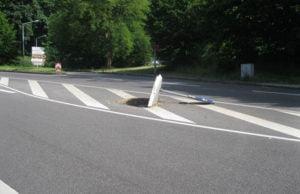 Die Unbekannten kippten eine auf der Fahrbahnmitte aufgestellte Recycling-Verkehrsinsel mit einem Verkehrszeichen um.