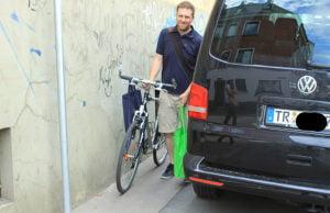 Da muss er sich schon ziemlich dünn machen, um in der Sichelstraße an dem Auto auf dem Gehweg noch vorbei zu kommen.