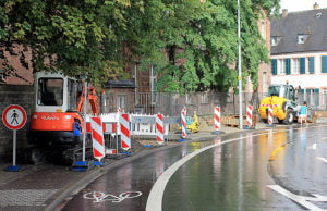 Die Plasterung des Gehweges in der Mustorstraße wird ausgetauscht, Halteverbotsschilder sind aufgestellt.