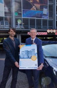 Stadtmobil Trier-Inhaber Patrick Wagner (l.) und SWT-Vorstandssprecher Dr. Olaf Hornfeck (r.) stellen das neue Carsharing-Projekt vor.