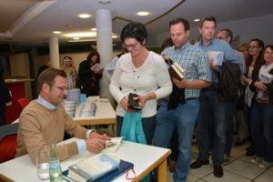 Obligatorischer Abschluss jeder Lesung - die Autogramm- und Signierstunde.