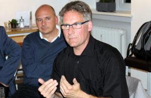 Der Kandidat in seinem Element: Fred Konrad redet und sagt viel. Dominik Heinrich lauscht.
