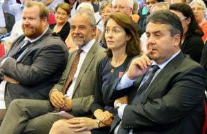 In der ersten Reihe: Markus Nöhl, Fraktionsgeschäftsführer der SPD im Stadtrat, OB Jensen, Barley und Gabriel (v.l.n.r.)