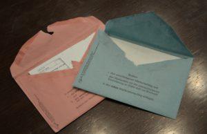Mit Wasserdampf geöffnete Muster-Briefwahlunterlagen.