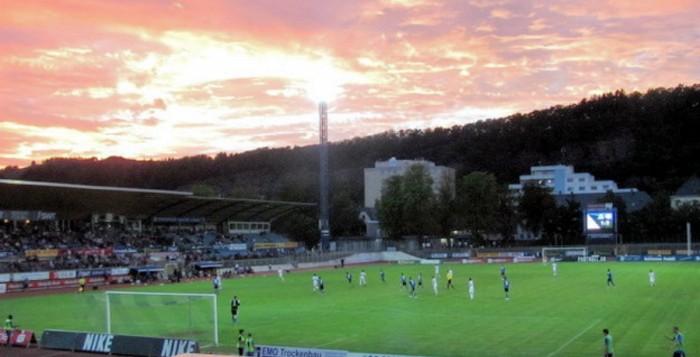 Blick auf das Trierer Moselstadion und unter Fluchtlicht spielt die Eintracht.
