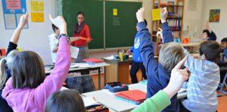 Kinder zeigen auf_ Schulklasse