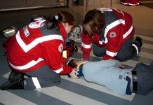 Zwei Sanitäterinnen versorgen in einer Übung einen Verletzte. Erste Hilfe als Pflichtfach?