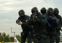 Symbolbild für den Amok-Alarm. Fünf schwer bewaffnete SEK-Männer.