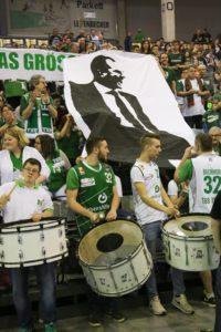 Der Mann dem die Fans vertrauen. Mit diesem Banner und Sprechchören feierten die Fans Trainer Henrik Rödl.