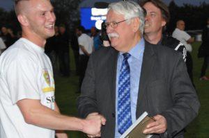 """Verbandspräsident Walter Desch ehrt Daniel Ternes mit der Urkunde """"Man of the Match. Foto: Peter Kranz"""