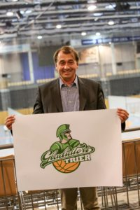 Neuer Mann, neues Logo. Michael Lang mit dem neuen Vereinsemblem. Foto: Helmut Thewalt