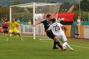 DFB-Pokal FSV Salmrohr gegen VfL Timo Heinz (schwarzes Trikot) stoppt Onur Bulut. Torwart Daniel Ternes muss nicht eingreifen. Foto: Peter Kranz
