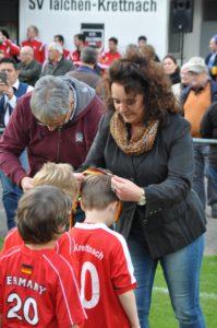 Andrea Berg zeichnet die Bambini mit Medaillen aus. Foto: Günter Heidt