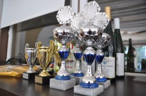 Der Lohn für die Leistungen: Pokale und Sachpreise des LK-Turniers. Foto: Markus Grundhöfer