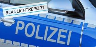 Symbolbild. Schriftzug der Polizei auf der linken Fahrertür eines Polizeiwagens.