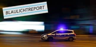 """Symbolbild. Ein Polizeiwagen rast mit Blaulicht durch die dunklen Straßen einer Stadt. für den Bericht """"Amokfahrt - Lkw-Fahrer schleift Fahrradfahrer zu Tode""""."""