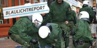 Symbolbild. Mehrere Spezialkräfte der Polizei drücken einen überwältigten Mann in blauer Kleidung auf Kopfsteinpflaster.