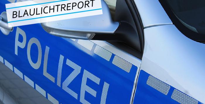 """Symbolbild. Seitliche Nahaufnahme eines Polizeiautos mit dem Schriftzug """"Polizei"""" für den Bericht """"Nackt und orientierungslos - Verwirrte Frau aufgegriffen""""."""