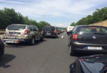 Symbolbild. Blick zwischen zwei Fahrspuren auf der Autobahn mit Stau.
