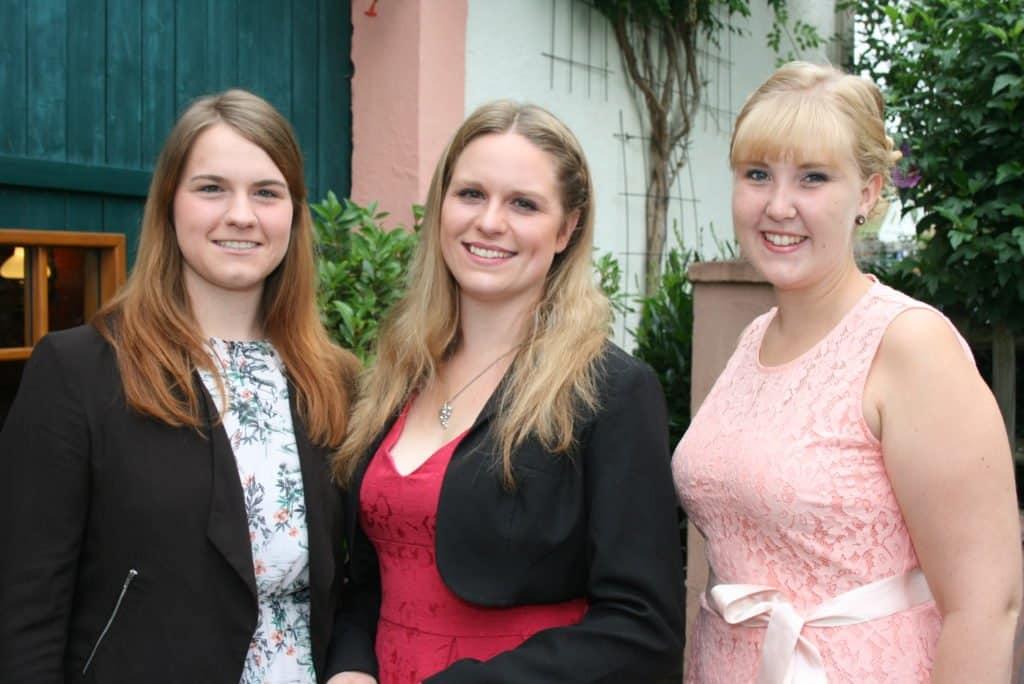 Eine von diesen drei jungen Damen wird am 16. September die neue Mosel-Krone erhalten: Sarah Schmitt, Anna-Maria Dehen und Lisa Schmitt (von links) bewerben sich um das Amt der Mosel-Weinkönigin.