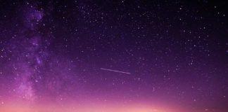 Ein Sternenhimmel mit Sternschnuppen als Symbolbild