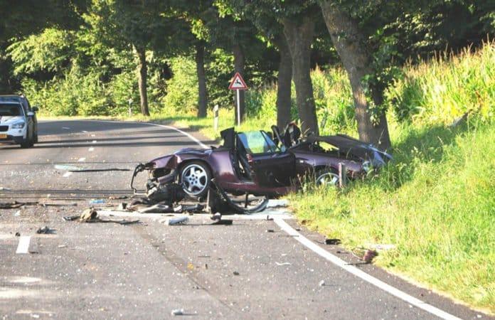 Symbolbild.Ein vollständig zertrümmerter PKW am Straßenrand einer Landstraße für den Bericht