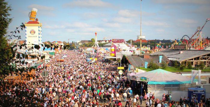 Muenchen Oktoberfest_Leute_Feiern_Volksfest