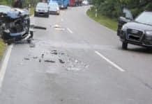 Vollsperrung. Unfallgeschehen mit einem zertrümmerten PKW links von der Straße und einem beteiligten PKW auf der rechten Fahrspur in entgegengesetzter Richtung stehend.