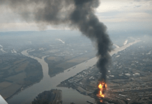 Aufnahme aus einem Flugzeug des in Flammen stehenden Chemiekonzerns BASF SE in Ludwigshafen.