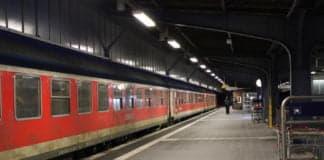 Leerer Bahnsteig mit Zug