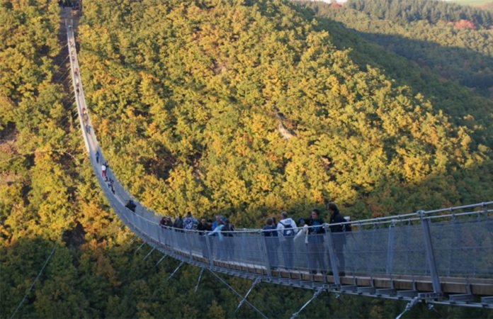 Der Blickbon einem Ende der Hängeseilbrücke