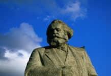 """Die Karl-Marx-Statue auf dem Teatralnaya Square in Moskau vor strahlend blauem Himmel für den Beitrag """"6-Meter-Monster- Marx am Simeonstift nicht ganz unumstritten""""."""