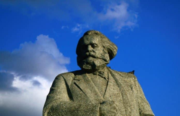 Die Karl-Marx-Statue auf dem Teatralnaya Square in Moskau vor strahlend blauem Himmel für den Beitrag