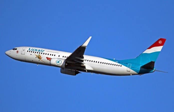 Ein Flugzeug der Luxair im Flug vor strahlend blauem Himmel.