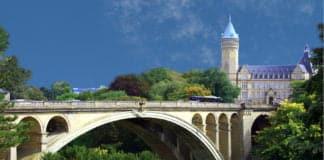"""Eine Brücke in Luxemburg als Symbolbild für den Beitrag """"29-Jähriger stürzt 14 Meter in die Tiefe""""."""