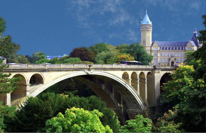 Eine Brücke in Luxemburg als Symbolbild für den Beitrag