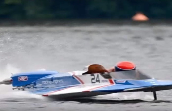 Ein blaues Renn-Motorboot in Aktion. Symbolbild für den Rennunfall Massimorossis.