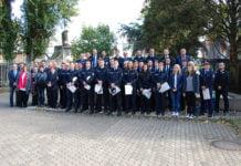 Die neue Polizeibeamtinnen und -beamte des Polizeipräsidiums Trier mit ihren Dienststellenleitern, Polizeipräsident Lothar Schumann, Führungskräften des Polizeipräsidiums und Bürgermeisterin Angelika Dirk stehen zusammen für ein Gruppenfoto.
