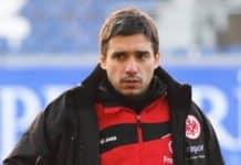 Der neue Trainer Oscar Corrochano mit angespanntem Blick.
