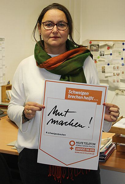Frauenbeauftragte Angelika Winter stellt ein Plakat für die bundesweite Aktion vor. Unterstützer der Kampagne können sich damit fotografieren lassen und das Bild in den sozialen Medien veröffentlichen.