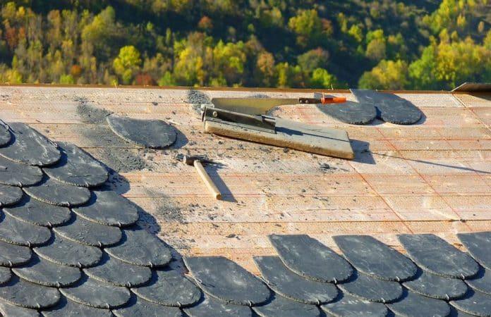 Werkzeug auf Dach